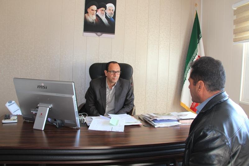 فرماندار با تعدادي از مردم قائنات در محل دفتر كارشان ملاقات كرد